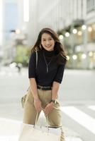 ショッピングバッグを持つ若い女性 10622000449| 写真素材・ストックフォト・画像・イラスト素材|アマナイメージズ