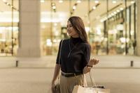 ショッピングをする若い女性 10622000453| 写真素材・ストックフォト・画像・イラスト素材|アマナイメージズ