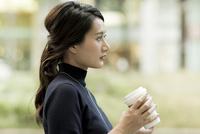 コーヒーを持つビジネスウーマン 10622000467| 写真素材・ストックフォト・画像・イラスト素材|アマナイメージズ