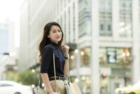 ショッピングバッグを持つ若い女性