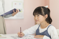 教室で勉強をする女の子
