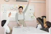 教室で英語を教える先生