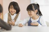 教室で授業を楽しむ子供たち