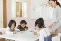 教室で勉強をする子供たち