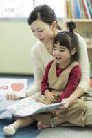 教室で英語を勉強をする女の子