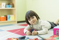 幼児教室で学ぶ男の子