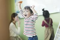 教室で喜ぶ男の子