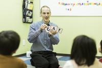 英語の授業をする男性教師