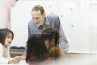英語の授業をする先生と子供たち
