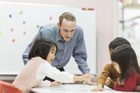 英語の授業をする先生と子供たち 10622000761| 写真素材・ストックフォト・画像・イラスト素材|アマナイメージズ
