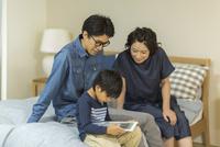 タブレットPCを見る家族 10622000804| 写真素材・ストックフォト・画像・イラスト素材|アマナイメージズ