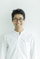 笑顔の男性 10622000847  写真素材・ストックフォト・画像・イラスト素材 アマナイメージズ