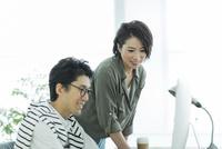 パソコンを見るビジネスマンとビジネスウーマン 10622000887| 写真素材・ストックフォト・画像・イラスト素材|アマナイメージズ