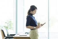 スマートフォンを操作するビジネスウーマン 10622000919| 写真素材・ストックフォト・画像・イラスト素材|アマナイメージズ