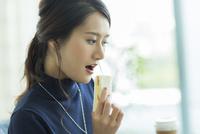 ランチを食べるビジネスウーマン 10622000925| 写真素材・ストックフォト・画像・イラスト素材|アマナイメージズ