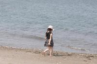 浜辺を歩く女の子