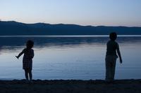湖であそぶ子供