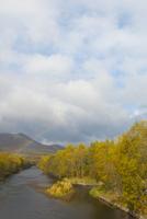 釧路川と紅葉と虹