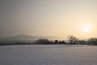 岩手県 冬の姫神山と朝焼け 10630001068| 写真素材・ストックフォト・画像・イラスト素材|アマナイメージズ