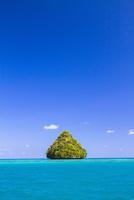 マッシュルームのような島と青い海
