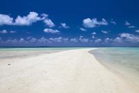 海に囲まれた砂の道