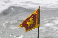 浜辺でスリランカ国旗