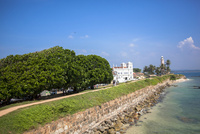 歴史的建築の有る浜辺