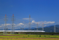 高電圧鉄塔を走る新幹線