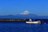 富士山と漁船