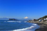 稲村ケ崎からの富士山と江の島 10669002094| 写真素材・ストックフォト・画像・イラスト素材|アマナイメージズ
