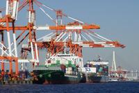 横浜港,本牧埠頭のコンテナ船 10669002254| 写真素材・ストックフォト・画像・イラスト素材|アマナイメージズ