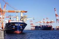 横浜港,本牧埠頭のコンテナ船 10669002256| 写真素材・ストックフォト・画像・イラスト素材|アマナイメージズ