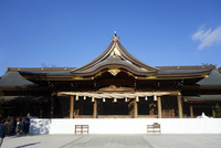 寒川神社の拝殿 10669002318| 写真素材・ストックフォト・画像・イラスト素材|アマナイメージズ