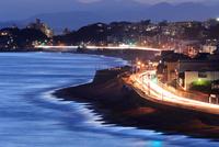 夜の湘南海岸国道134号 10669002577| 写真素材・ストックフォト・画像・イラスト素材|アマナイメージズ