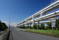 一般道と並走する首都高速道路 10669003179| 写真素材・ストックフォト・画像・イラスト素材|アマナイメージズ