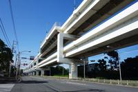 一般道と並走する首都高速道路