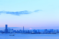 夜明けのみなとみらい21 10669004227| 写真素材・ストックフォト・画像・イラスト素材|アマナイメージズ