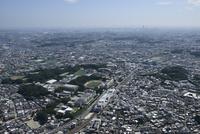 日吉駅空撮 北側より慶應日吉を絡めて横浜方面へ 10684005033| 写真素材・ストックフォト・画像・イラスト素材|アマナイメージズ