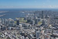 横浜駅空撮 北西側よりみなとみらい・ベイブリッジ方面を望む 10684005825| 写真素材・ストックフォト・画像・イラスト素材|アマナイメージズ