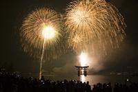 宮島の水中花火大会 10685001711| 写真素材・ストックフォト・画像・イラスト素材|アマナイメージズ