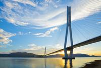 しまなみ海道 多々羅大橋と夕日 10685001914| 写真素材・ストックフォト・画像・イラスト素材|アマナイメージズ
