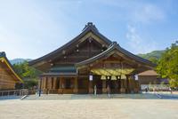 出雲大社の拝殿 10685002737| 写真素材・ストックフォト・画像・イラスト素材|アマナイメージズ