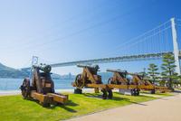 みもすそ川公園にて長州砲と関門橋 10685003388| 写真素材・ストックフォト・画像・イラスト素材|アマナイメージズ