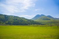 草原とくじゅう連山 10685003599| 写真素材・ストックフォト・画像・イラスト素材|アマナイメージズ