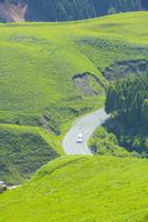 阿蘇の箱石峠 10685003606| 写真素材・ストックフォト・画像・イラスト素材|アマナイメージズ