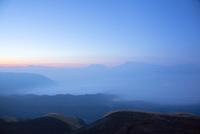 阿蘇大観峰の朝 10685003651| 写真素材・ストックフォト・画像・イラスト素材|アマナイメージズ