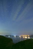 夜空と虫明湾のカキイカダ