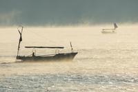 朝霧と瀬戸の漁船