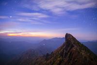 満天の星と秋の石鎚山天狗岳 10685003897| 写真素材・ストックフォト・画像・イラスト素材|アマナイメージズ