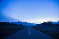 朝霧の一本道 10685003931| 写真素材・ストックフォト・画像・イラスト素材|アマナイメージズ